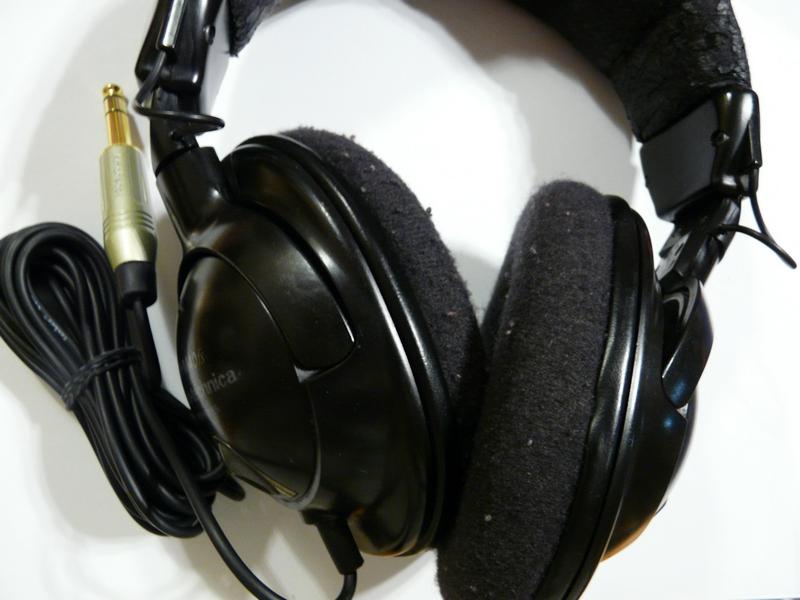 A fülvédő párnák levétele után négy csavar kicsavarásával tudjuk szétszedni  a hangszórótartó dobozokat. Belül van egy kis meglepetés  egy áramkör a ... 0154c3ddc2