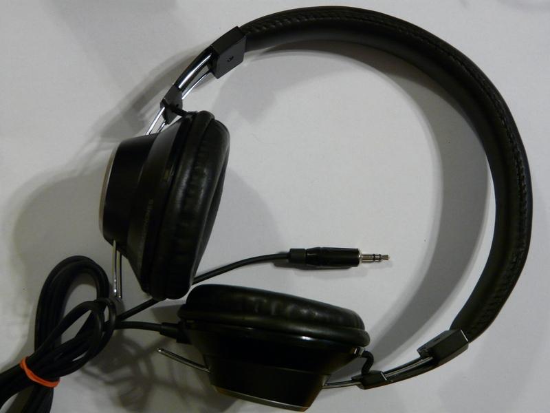 Ennél a típusnál a kábel csak az egyik oldalon csatlakozik a  fejhallgatóhoz 470289597d