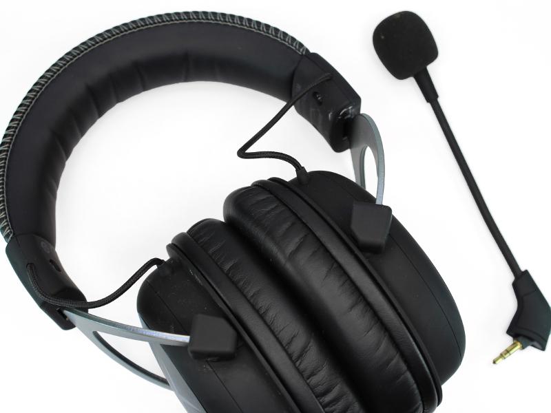 A bal oldali fülpárna levétele után már hozzáférhetővé válik a négy  csillagfejű csavar cd0dcc3f57