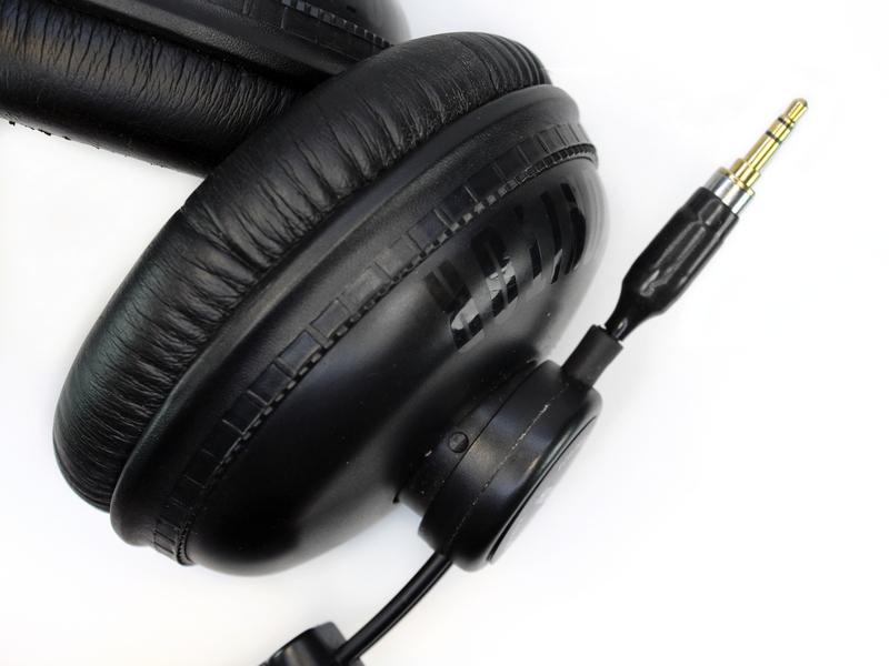 """A fejhallgató bal oldalát kívülről lehet szétszedni. Ezt a """"HD 669""""  felirattal ellátott kör alakú műanyag fedél eltávolításával kezdjük úgy 9785de7350"""